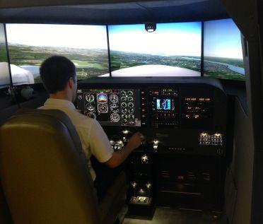 Un instructeur qui se perfectionne dans le simulateur.